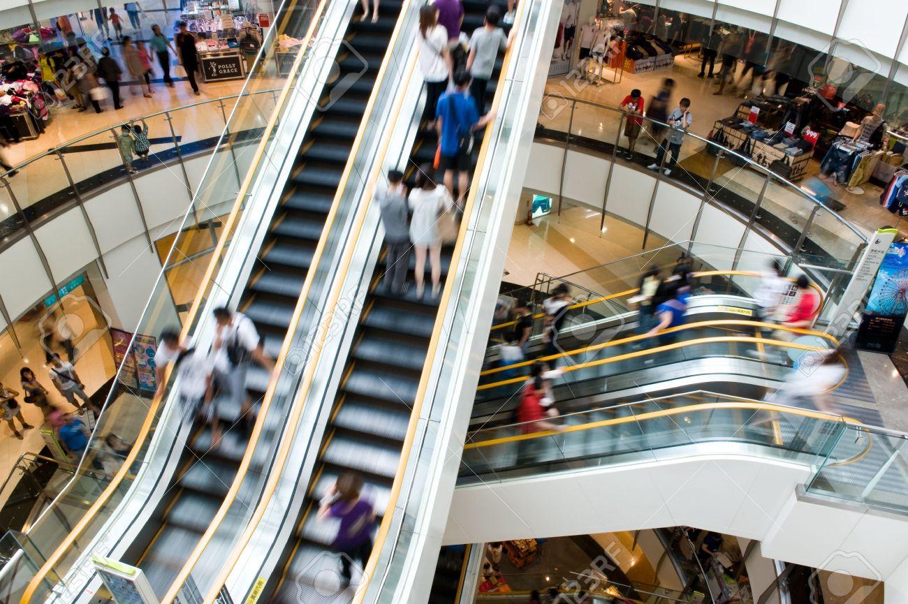 13537646-Persone-in-movimento-in-scale-mobili-presso-il-moderno-centro-commerciale--Archivio-Fotografico